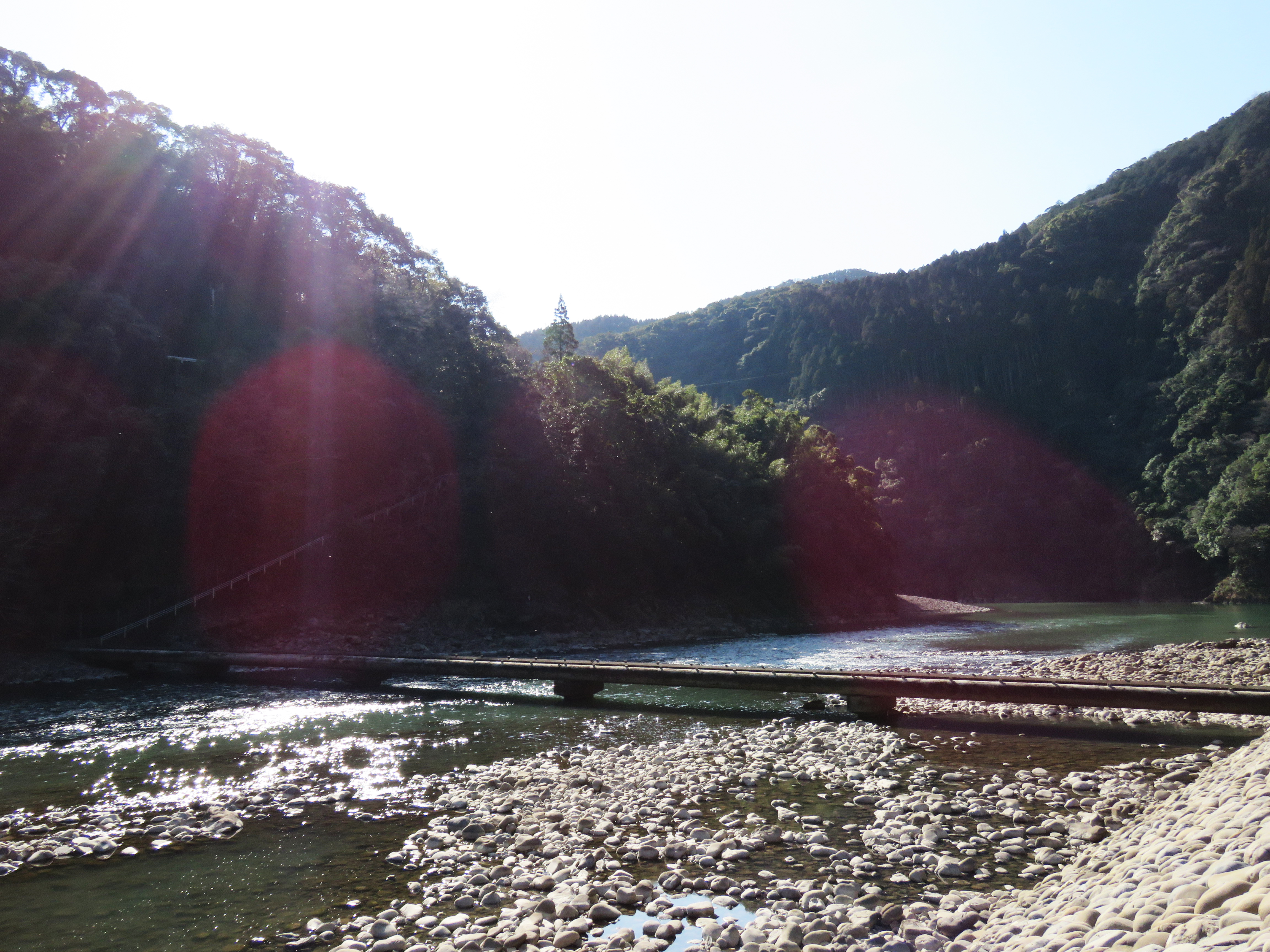 潜り橋を歩いて神社に向かいます。橋の真ん中から見る景色は絶景です。